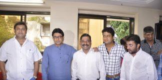 Mahesh Manjrekar and Raj Thakeray watch Gholat Ghgol Marathi play