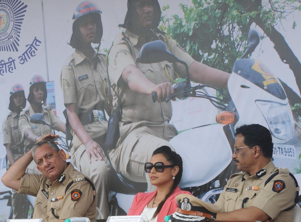 Rani With Cops (1)