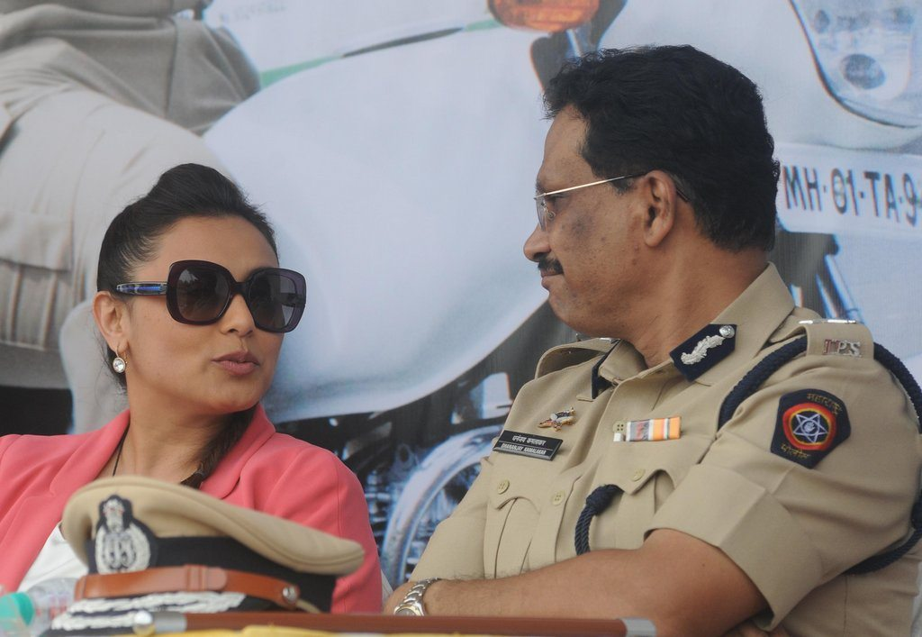 Rani With Cops (2)