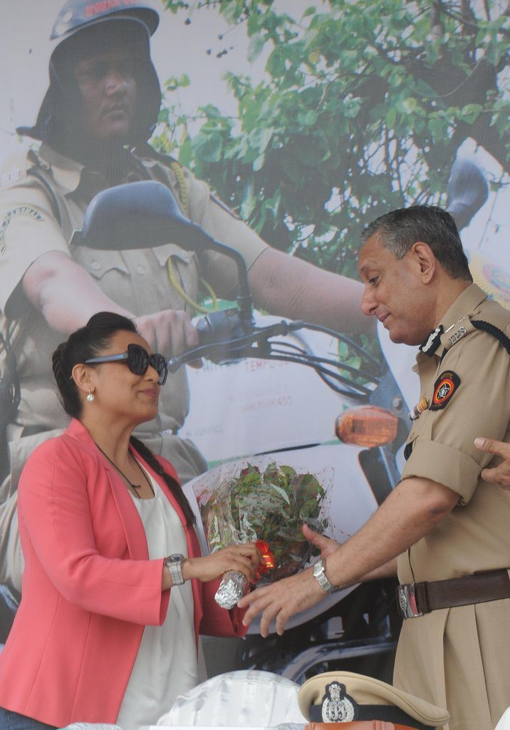 Rani With Cops (3)