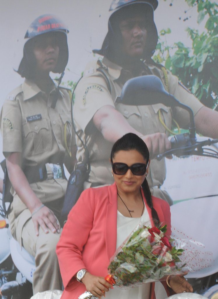 Rani With Cops (4)