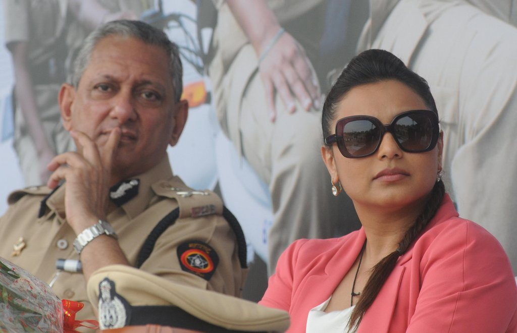Rani With Cops (6)