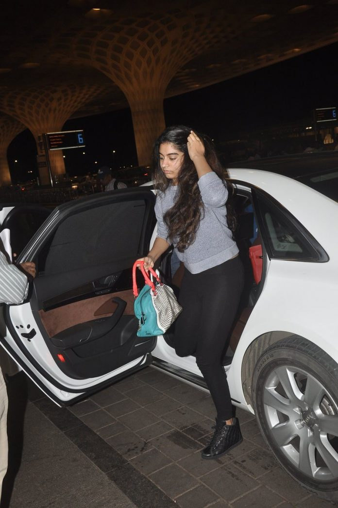 Boney kapoor family airport (1)