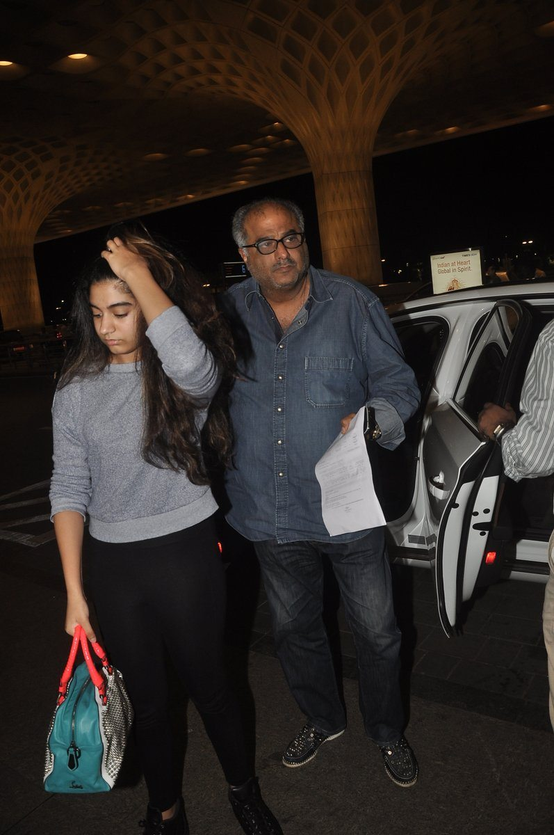 Boney kapoor family airport (2)