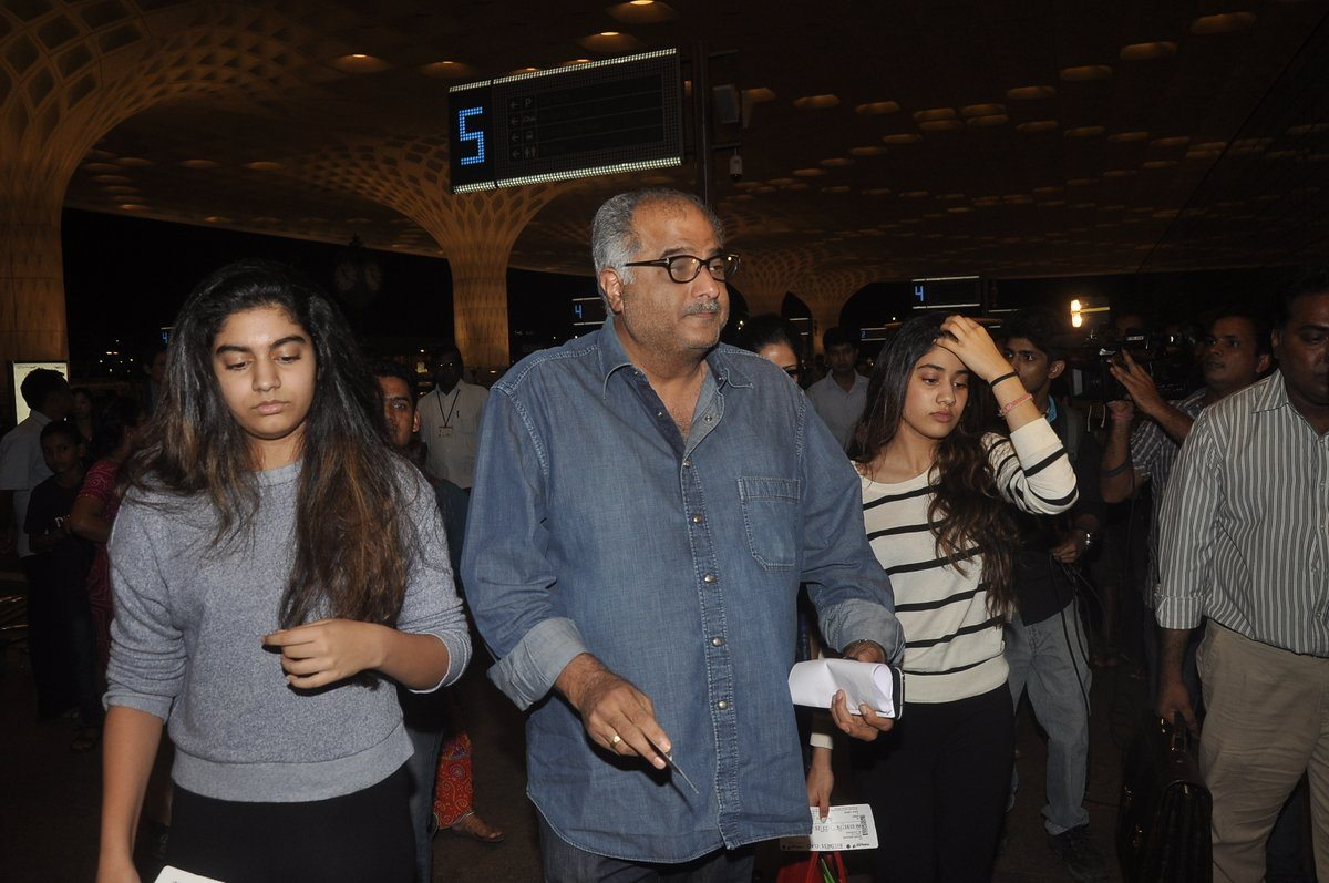Boney kapoor family airport (7)