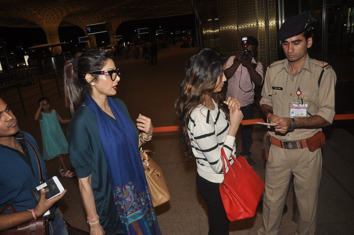 Boney kapoor family airport (9)