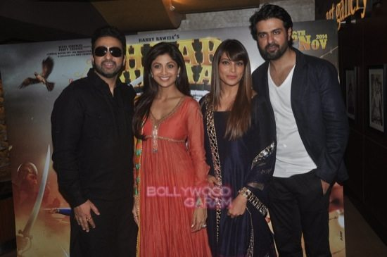 Bipasha and Harman_Chaar Sahibzaade-10