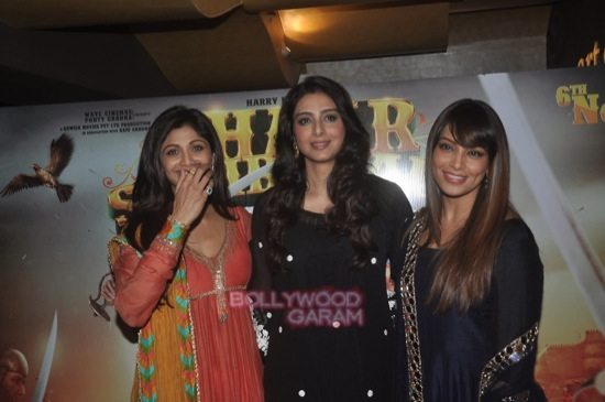 Bipasha and Harman_Chaar Sahibzaade-11