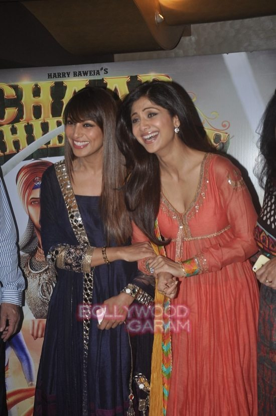 Bipasha and Harman_Chaar Sahibzaade-4