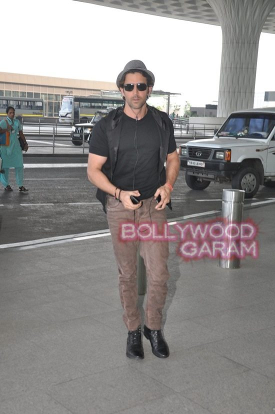 Hrithik Roshan at Mumbai Airport-3