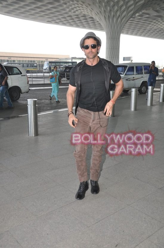 Hrithik Roshan at Mumbai Airport-4