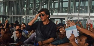Shahrukh Khan mobbed at Kolkata airport