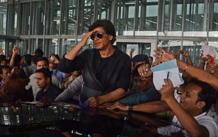 SRK mobbed