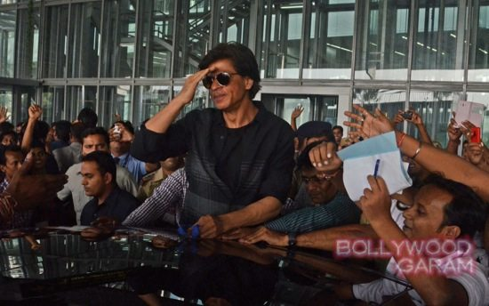 SRK mobbed at Kolkata airport-1