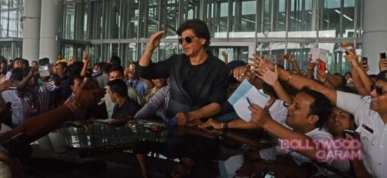 SRK mobbed at Kolkata airport-2
