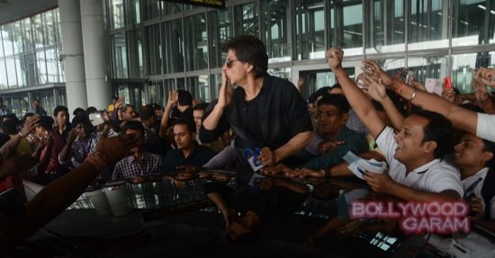 SRK mobbed at Kolkata airport-3