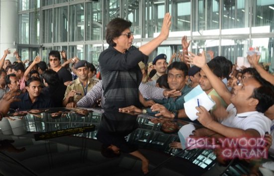 SRK mobbed at Kolkata airport-4