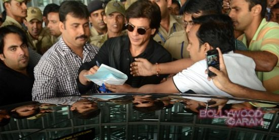SRK mobbed at Kolkata airport-5