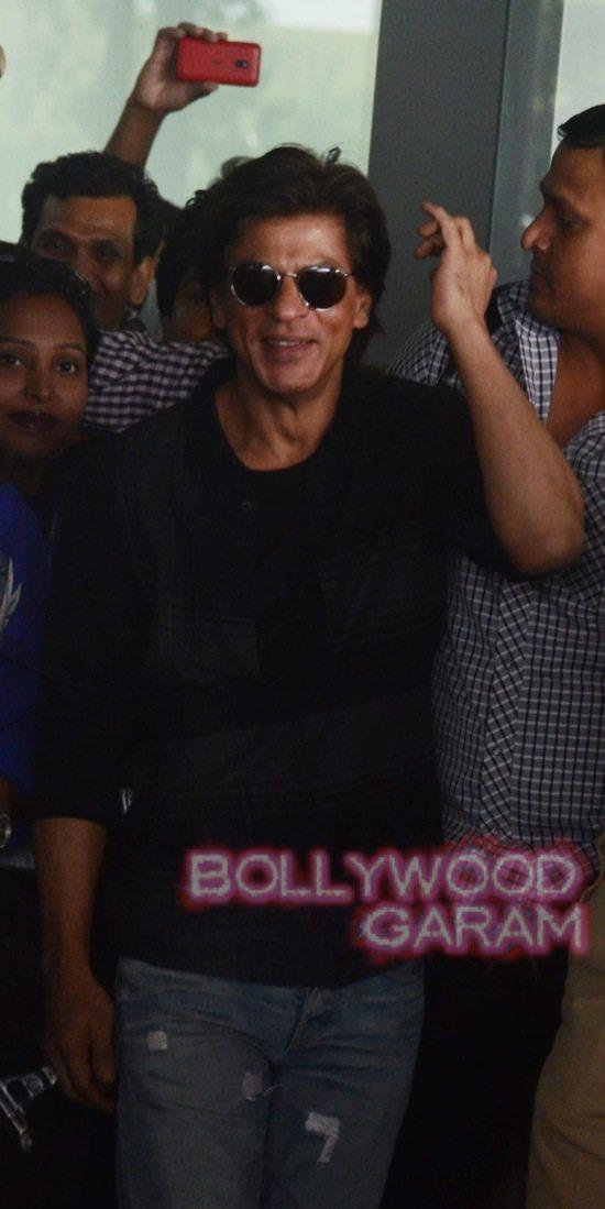SRK mobbed at Kolkata airport