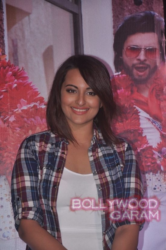 Sonakshi Sinha and Ajay Devgn launch song-9