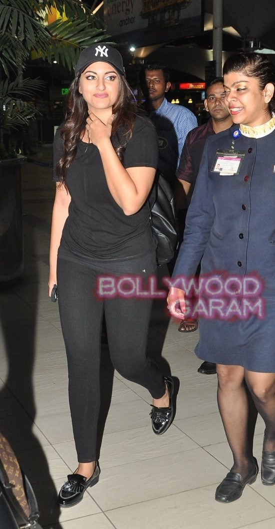 Sonakshi at mumbai airport-1