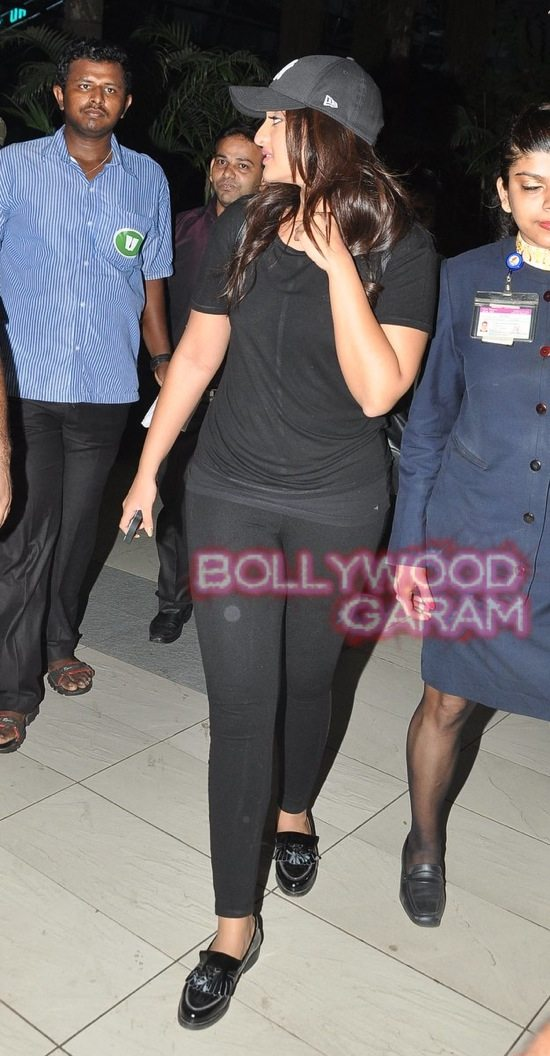 Sonakshi at mumbai airport-2
