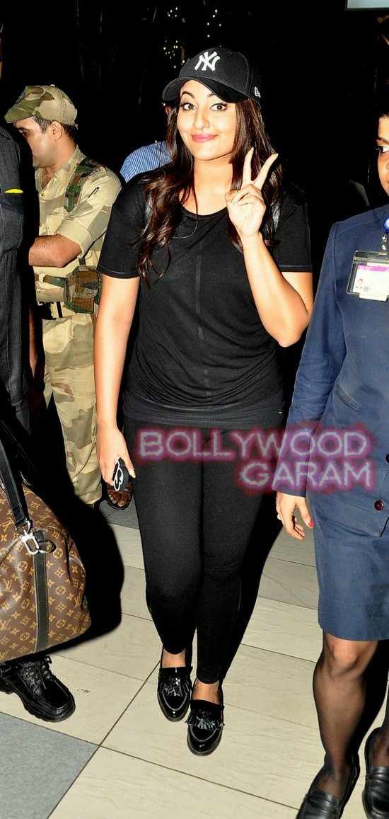 Sonakshi at mumbai airport-3