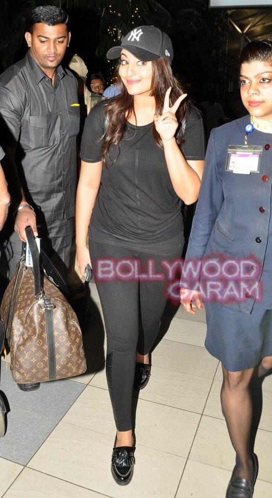 Sonakshi at mumbai airport-4
