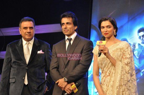 shahrukh khan_deepika padukone_Boman Irani_abhishek bachchan HNY trailer-11