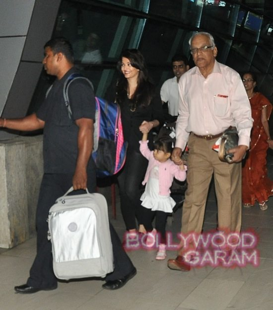 Hema Malini and Aishwarya rai at airport-5