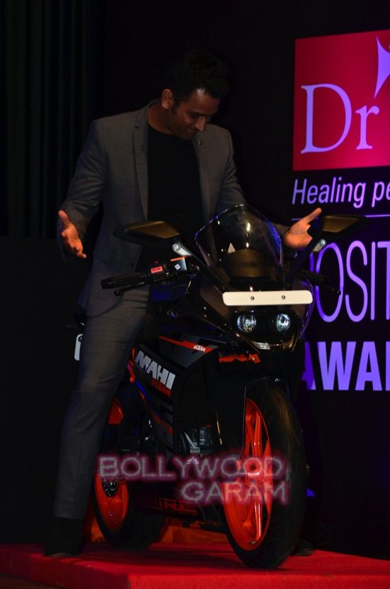 MS Dhoni and Zaheer K_positive health awards-18