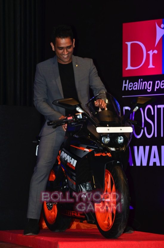 MS Dhoni and Zaheer K_positive health awards-19