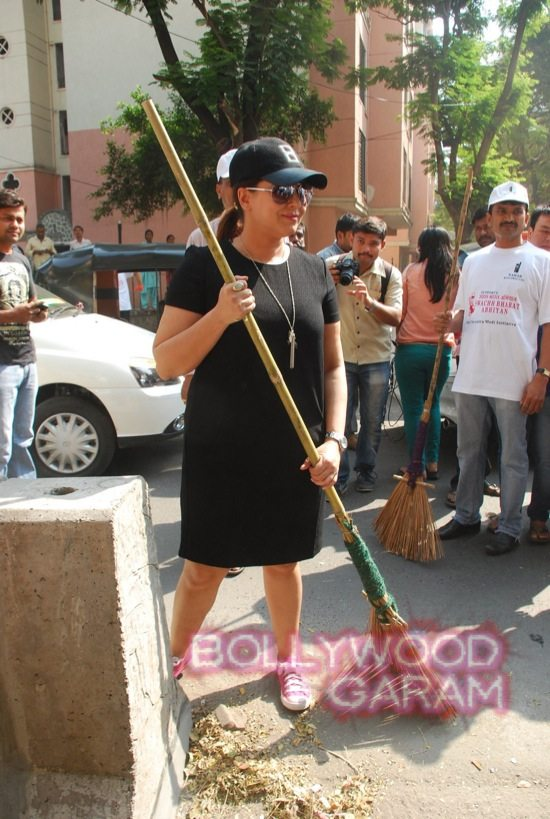 Manisha Koirala and Mahima cleanliness -12