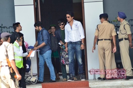 SRK at airport with HNY team-2