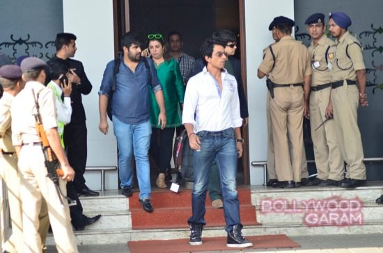 SRK at airport with HNY team-3