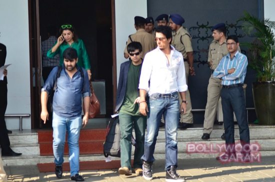 SRK at airport with HNY team-4