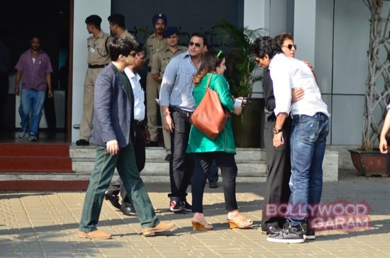 SRK at airport with HNY team-6