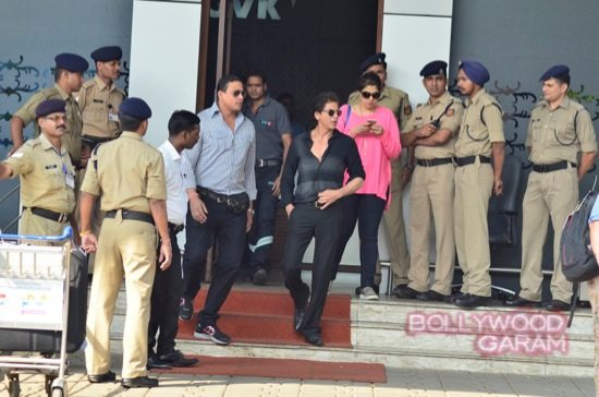 SRK at airport with HNY team