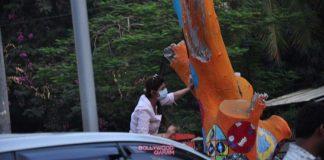 Twinkle Khanna and Gayatri Oberoi paint trees on Mumbai streets