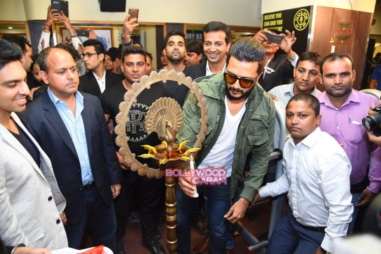 Riteish gold's gym4