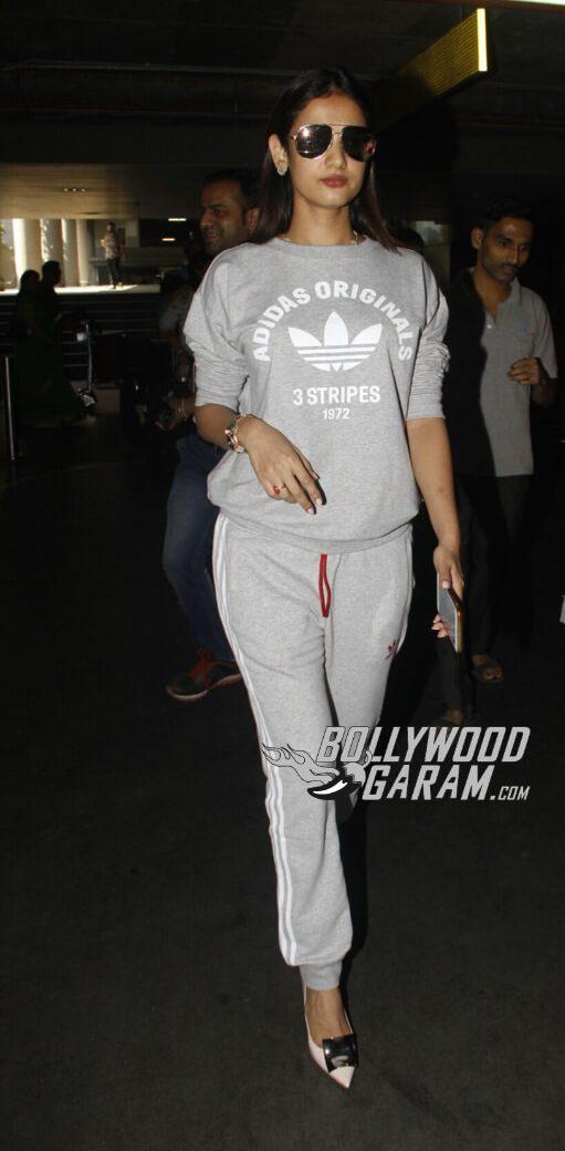 Sonal Chouhan at Mumbai Airport on Nov 27, 2016
