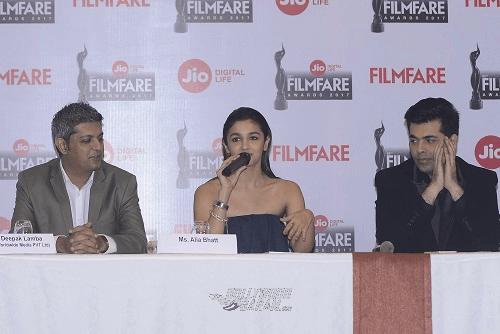 alia-bhatt-karan-johar-filmfare-awards-20165