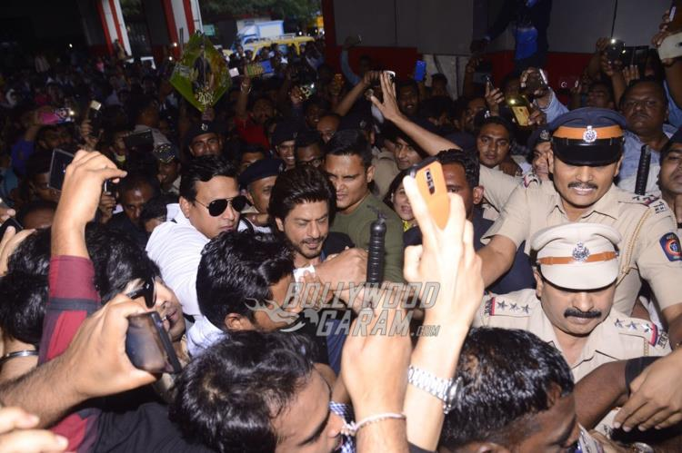 Shahrukh Khan mobbed at Mumbai Central Station