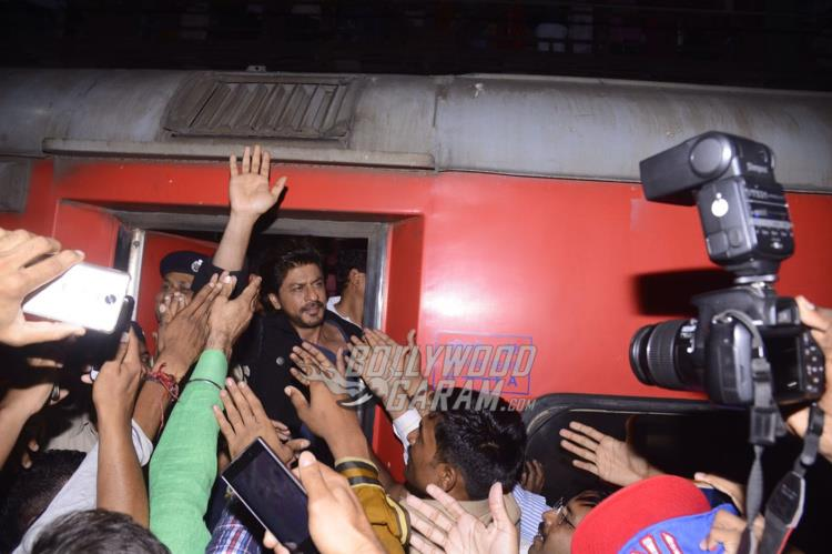 Shahrukh waves to fans