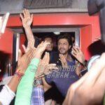 Shahrukh Khan promotes Raees from Mumbai to Delhi in train