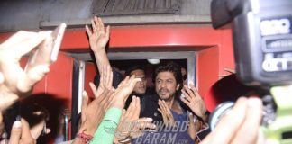 Shahrukh Khan promotes Raees from Mumbai to Delhi in train