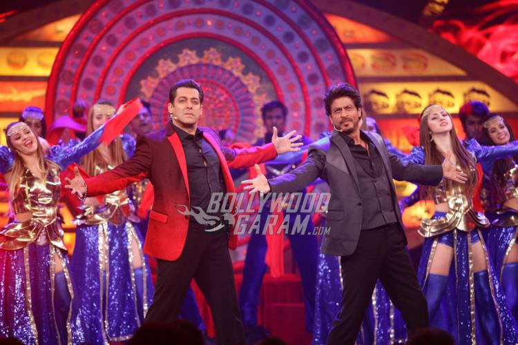 Shahrukh Khan doing his signature pose with Salman Khan