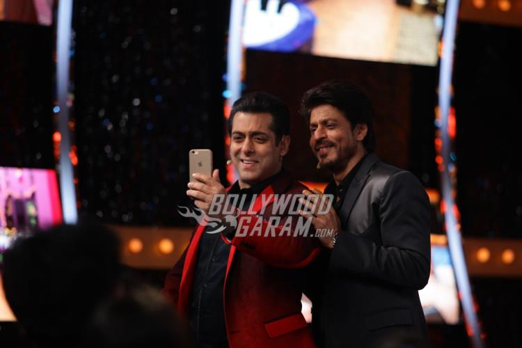 Salman Khan and Shahrukh Khan's Selfie Time