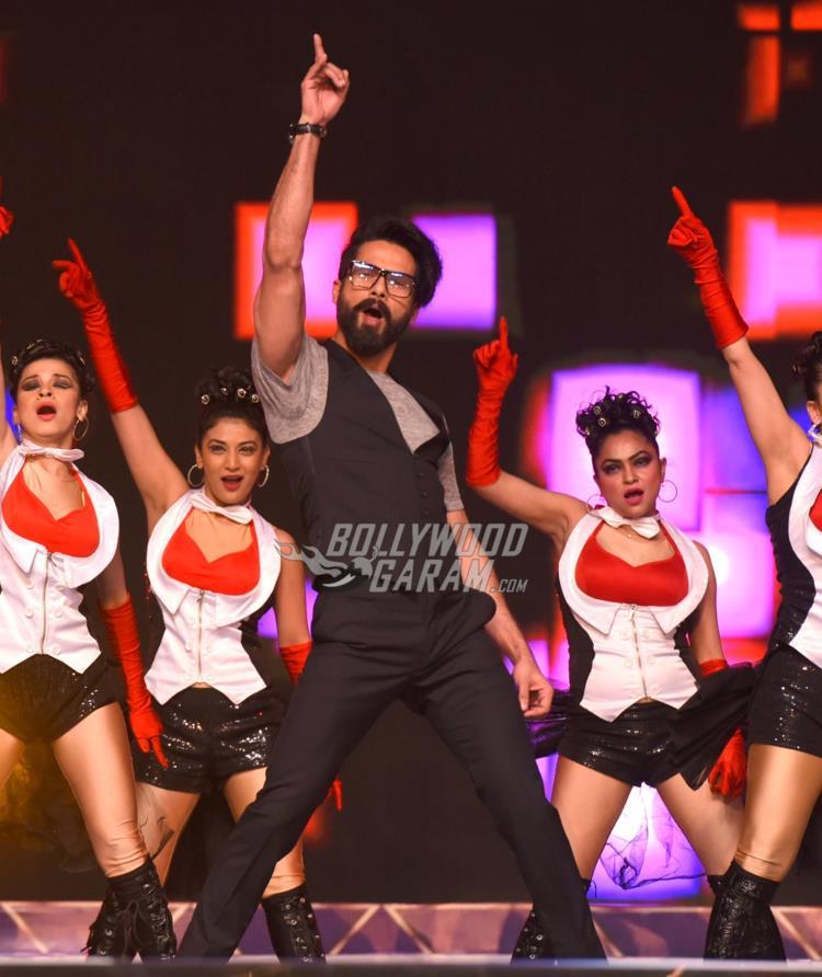 Shahid Kapoor performing at Umang 2017