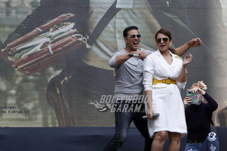 Akshay Kumar and Huma Qureshi shake a leg during Jolly LLB 2 promotions at Amity University Noida